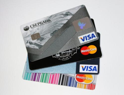 Kreditkarten und lange Fingernägel